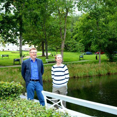 Elisabeth Blomqvist och Kari Selkälä från Fiskars Village skrattar vid ån.