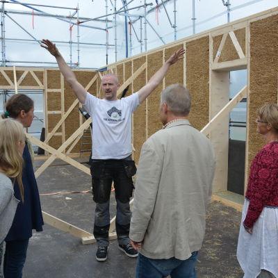 Paul Lynch visar det blivande köket för Mikaelskolans lärare.