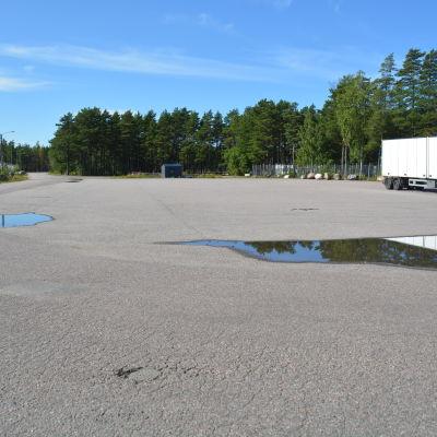 Parkering för långtradare i Hangö.