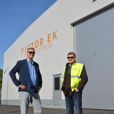 Tomas Sjödahl och Juha Karjalainen vid Victor Eks nya terminal i Hangö.