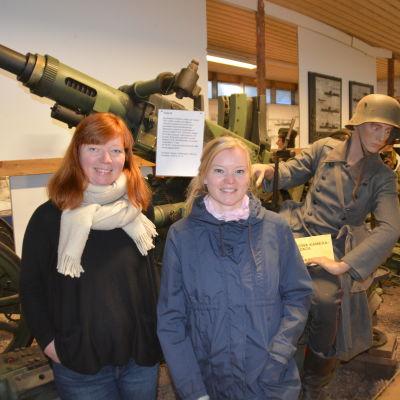 Martina Lindberg och Sonja Bäckman i kanonhallen i Hangö frontmuseum