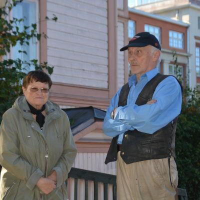 Mary och Ulf Enberg utanför sitt hus på Ystadsgatan.