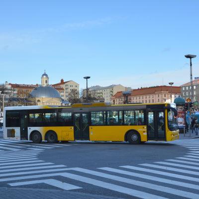 Buss vid Salutorget i Åbo.