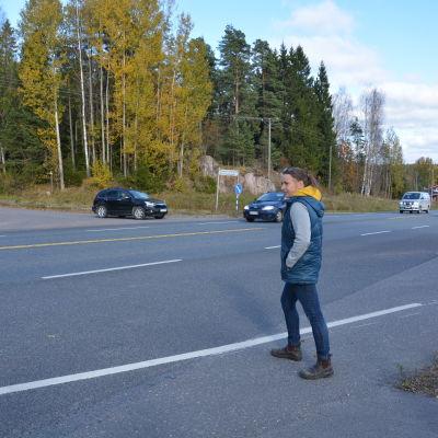 Heidi Rosengren försöker korsa 51:an vid Pickala