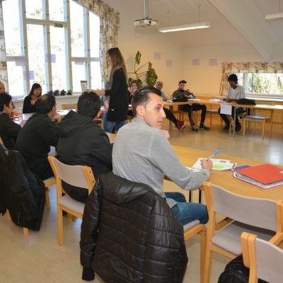Elever lär sig finska i Lärkkulla.