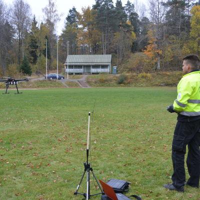 Forskningschef Anttoni Jaakkola från Geodatacentralen flyger drönaren i Fiskars.