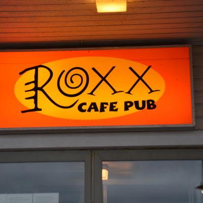 Roxx-skylten utanför caféet