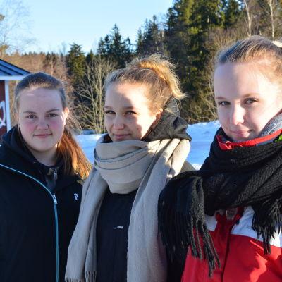 tre flickor i vinterlandskap