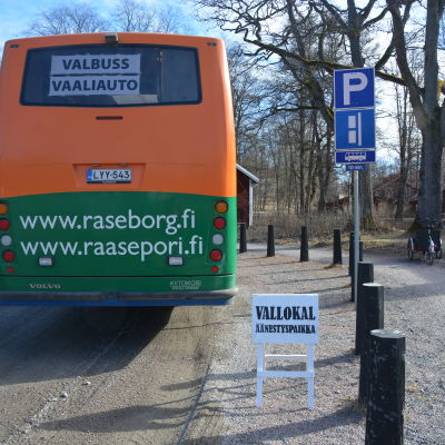 Bokbussen i Raseborg fungerar som ambulerande vallokal.