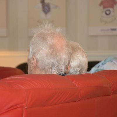 Två klienter på ett äldreboende.