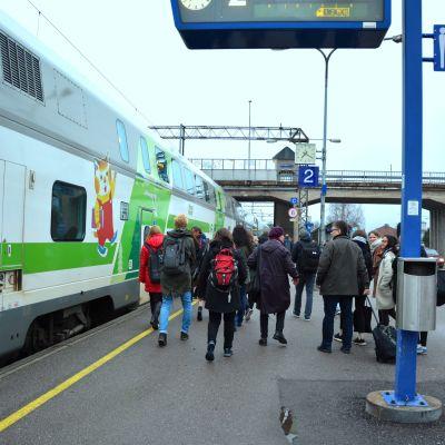 Passagerare stiger på tåget från Karis till Helsingfors.