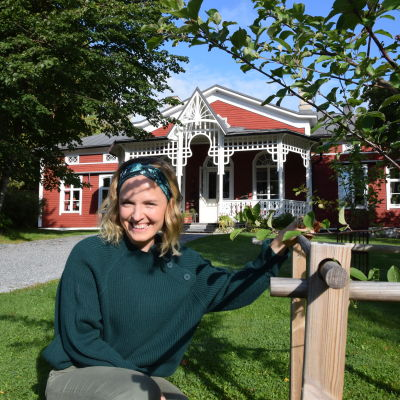 Lena Gillberg vid äppelträdet framför Strömsö villan.