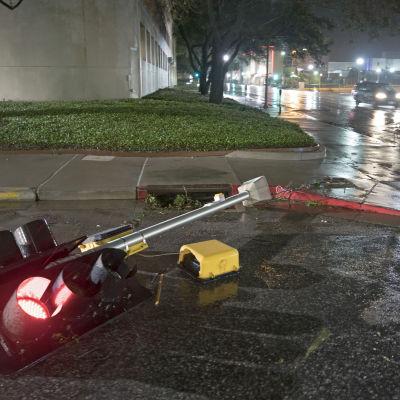 Orkanen Harvey har bland annat vält trafikljus.