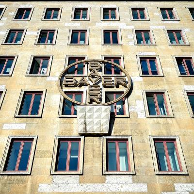 Bayerin logo rakennuksen seinässä