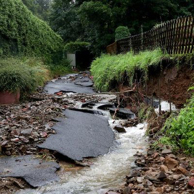 En asfaltväg som trasats sönder av de enorma regnovädret och översvämningarna som följde.