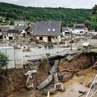 Yleisnäkymä Ahr joen tulvista tuhoamalla alueella Sculdin kylässä Saksassa