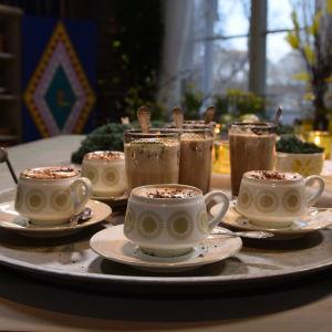 En bricka med kaffedrinkar på ett bord