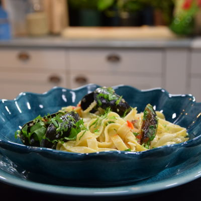 Portion med Strömsös blåmusselpasta i ett kök.