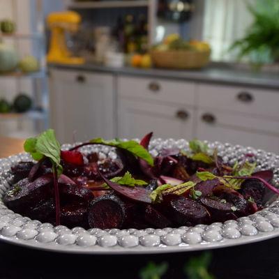 Uunissa paahdettua punajuurta kera lakritsin ja chilin tarjoilulautasella keittiössä.