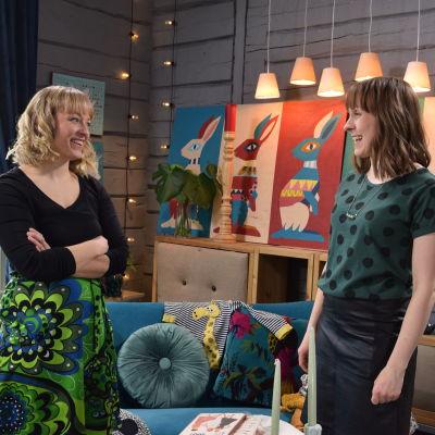Programledaren Elin Skagersten-Ström står och samtalar med en gäst, Anna-Karin Pörtfors.