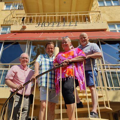 Kalevi Korjala, Jyrki Anttila, Johanna Rusanen ja Aki Alamikkotervo savolinnalaisen Hotelli Hospitzin portailla.