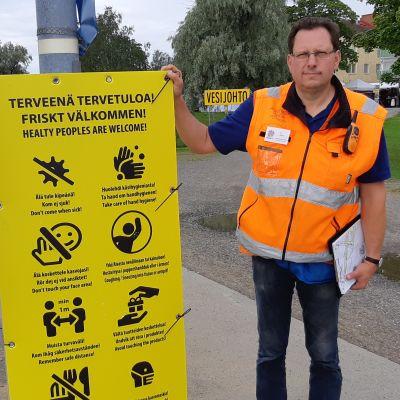 Tapahtumavastaava Ari Kallas esittelee taulua, jossa on kahdeksan erilaista turvallisuusohjetta.