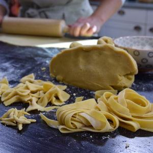 Olika pasta former på ett bord