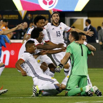 Colombias målvalt David Ospina firar med sitt lag efter att ha räddat en straff i Copa America-semifinalen mot Peru.