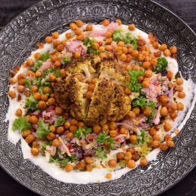 Heltstekt blomkål med currysmör.