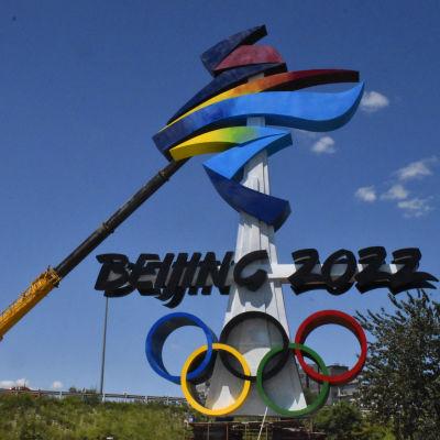 Pekingin talviolympialaisten logoa asennettiin Shijingshanissa 1.8.2021.