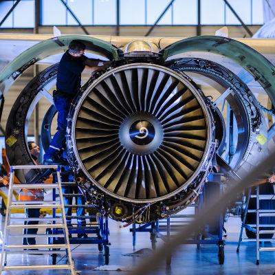 Kuvassa avioniikkamekaanikka Marko Lampinen vaihtaa lentokoneen moottoria.