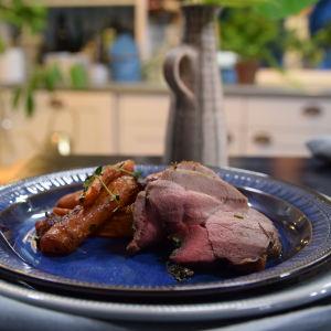 Portion med örtfylld lammstek och rostade morötter med dill, chorizo