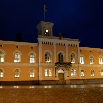 rådhuset i lovisa i kvällsbelysning
