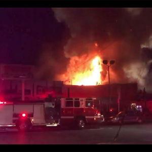En brand på en rave-fest i Oakland i Kalifornien den 3 december 2016 krävde åtminstone nio dödsoffer.