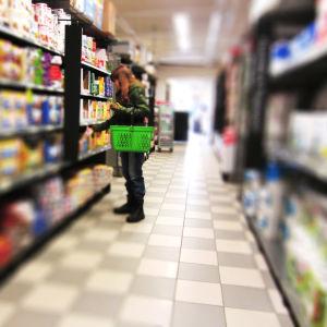En kund står vid en butikshylla i en livsmedelsaffär.