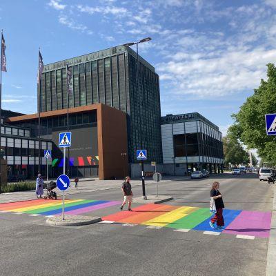 Turkuun maalattiin sateenkaarisuojatie jokirantaan.