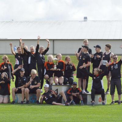 Flera friidrottare på Mosedals idrottsplats i Närpes.