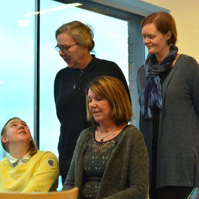 Bild på Alexandra Forsén, teknisk chef och vattenverkschef, Eija taskinen, förvaltningschef, Anne Öhman, grundtrygghetschef och Charlotta Lindvall, ekonomichef i bibliotket ivid Ingå kommungård.
