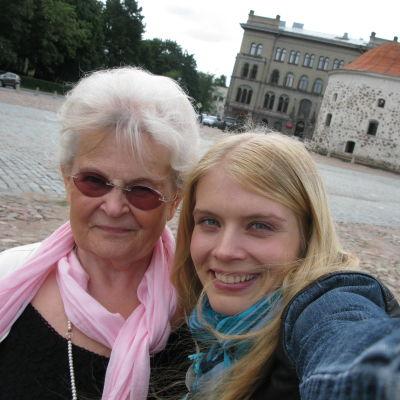 Näyttelijä Alina Tomnikov toteutti Lailan, 74, unelman päästä lapsuutensa Viipuriin ja vierailla vanhassa kotitalossa.