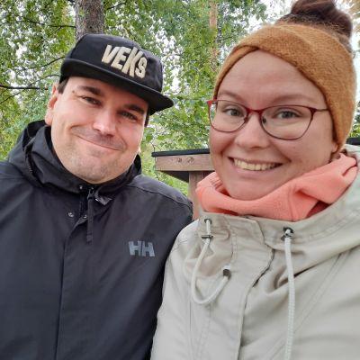 Sami Sivonen ja Laura Kiretti postaava someperhe Luumäeltä