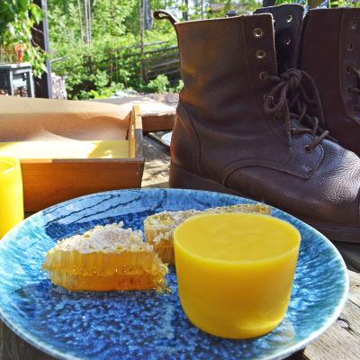 Bivax på en tallrik för tillverkning av skosmörjmedel.