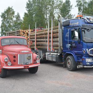 """Stig-Henrik """"Putte"""" Sjöbloms lastbil från 1969 och Staffan Holmbergs stockbil."""