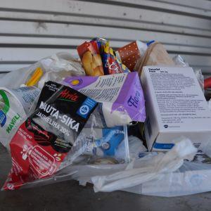 Innehållet i en påse avfall sorterat i sopkärlet för brännbart gås igenom vid Stormossen.
