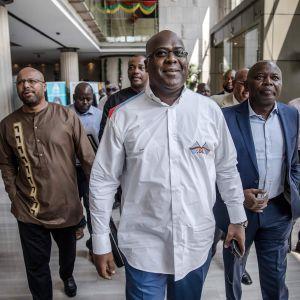 Oppositionsledaren  Felix Tshisekedi anländer till ett möte med valkommissionen iKongo-Kinshasa