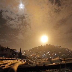 Syriskt luftvärn lyser upp natthimlen i Damaskus natten till måndagen.