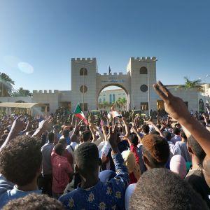 Tusentals demonstranter protesterar utanför arméhögkvarteret i Khartoum för tredje dagen i rad