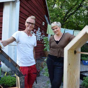 Jim Björni står till höger om Camilla Forsén-Ström. I förgrunden snickrade kojor.
