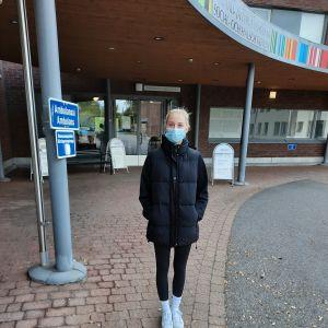 Emma Aalto står utanför Sibbo social- och hälsostation.