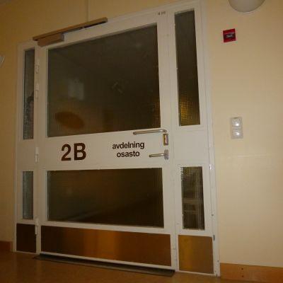 Dörren till en avdelning i sjukhusfastigheten i Mjölbolsta.