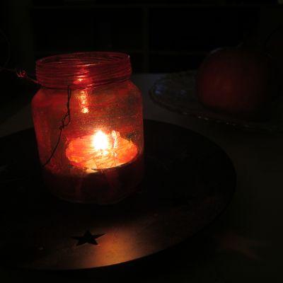 kynttilä palaa lasipurkissa